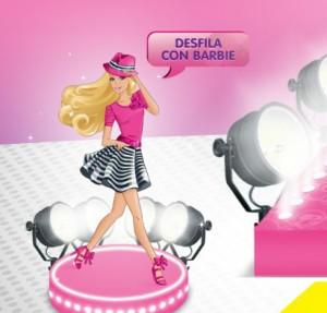 modelo con Barbie