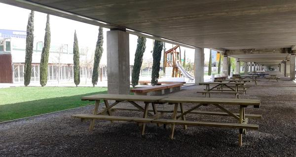mesas en el parque del agua
