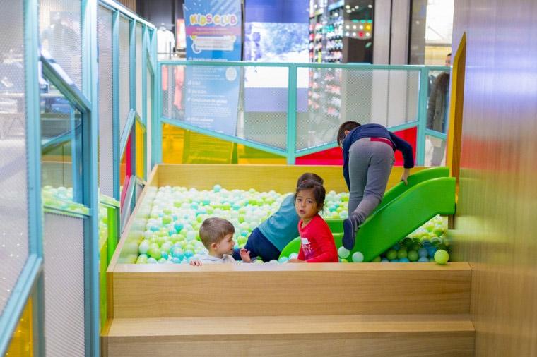 piscina de bolas en la nueva zona kids club